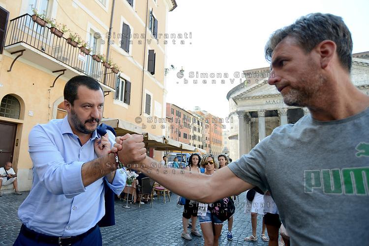 Roma, 19 Luglio 2017<br /> Matteo Salvini saluta i manifestanti<br /> Associazioni di genitori protestano al Pantheon contro la legge che prevede l'obbligatoriet&agrave; delle vaccinazioni.
