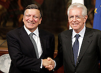 Il Presidente del Consiglio Mario Monti, a destra, stringe la mano al Presidente della Commissione Europea Jose' Manuel Barroso in occasione del loro incontro a Palazzo Chigi, Roma, 6 settembre 2012. .Italian Premier Mario Monti, right, shakes hands with European Commission's President Jose' Manuel Barroso in occasion of their meeting at Chigi Palace government office in Rome, 6 september 2012..UPDATE IMAGES PRESS/Riccardo De Luca