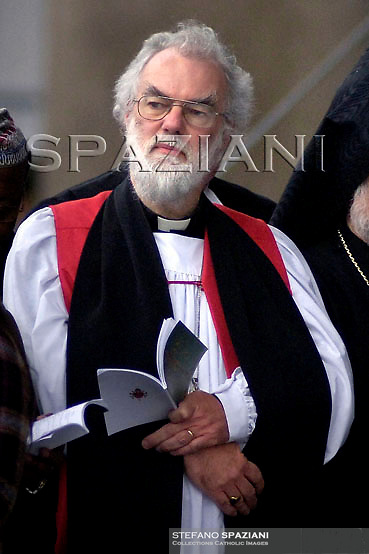 Archbishop of Canterbury Rowan Williams,Pope Benedict XVI waves to faithful during a mass in Plebiscito square in Naples October 21, 2007.