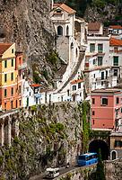 Italien, Kampanien, Sorrentinische Halbinsel, Amalfikueste: die Amalfitana Kuestenstrasse schlaengelt sich durch den malerischen Kuestenort Amalfi | Italy, Campania, Sorrento Peninsula, Amalfi Coast: Amalfitana coast road winds through picturesque seaside resort Amalfi