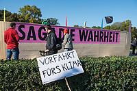"""Mehrere tausend Menschen blockierten am Montag den 7. Oktober 2019 in Berlin die Verkehrsknotenpunkte Grosser Stern und Potsdamer Platz. Sie folgten damit einem Aufruf der Bewegung """"Extinction Rebellion"""" (""""Aufstand gegen das Aussterben""""). Aktionen von Extinction Rebellion fanden an diesem Tag weltweit statt. Damit soll gegen die zu schwachen Aktivitaeten der Regierungen gegen den Klimawandel protestiert werden.<br /> Im Bild: Die Blockade am Grossen Stern. Aktivisten haben eine """"Arche"""" mit dem Namen """"Rebella"""" aufgebaut.<br /> 7.10.2019, Berlin<br /> Copyright: Christian-Ditsch.de<br /> [Inhaltsveraendernde Manipulation des Fotos nur nach ausdruecklicher Genehmigung des Fotografen. Vereinbarungen ueber Abtretung von Persoenlichkeitsrechten/Model Release der abgebildeten Person/Personen liegen nicht vor. NO MODEL RELEASE! Nur fuer Redaktionelle Zwecke. Don't publish without copyright Christian-Ditsch.de, Veroeffentlichung nur mit Fotografennennung, sowie gegen Honorar, MwSt. und Beleg. Konto: I N G - D i B a, IBAN DE58500105175400192269, BIC INGDDEFFXXX, Kontakt: post@christian-ditsch.de<br /> Bei der Bearbeitung der Dateiinformationen darf die Urheberkennzeichnung in den EXIF- und  IPTC-Daten nicht entfernt werden, diese sind in digitalen Medien nach §95c UrhG rechtlich geschuetzt. Der Urhebervermerk wird gemaess §13 UrhG verlangt.]"""