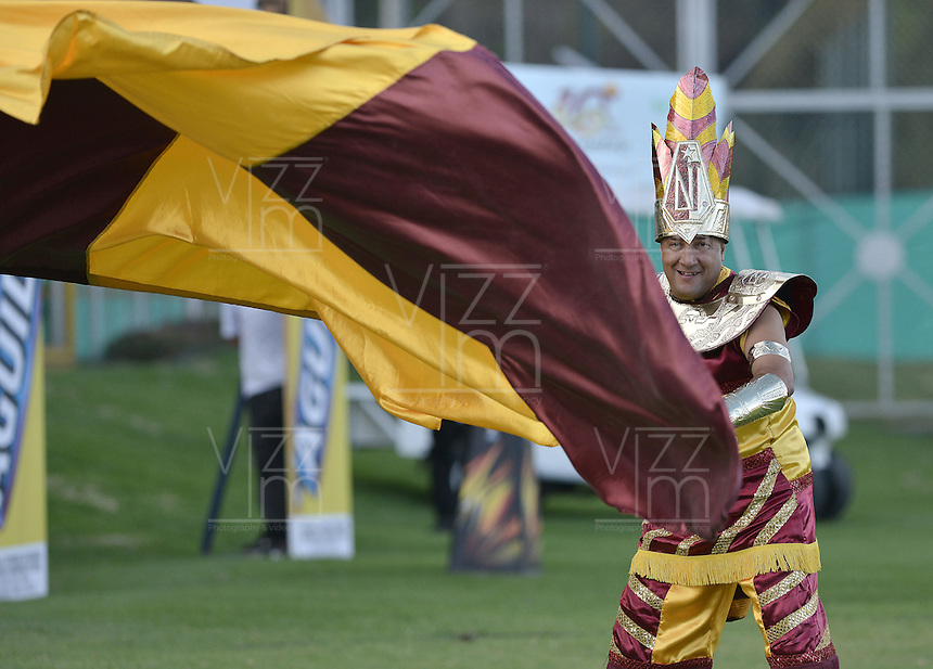 IBAGUÉ -COLOMBIA, 08-08-2015. Un hincha del Tolima ondea una bandera de su equipo durante el partido entre Deportes Tolima y Atlético Huila por la fecha 5 de la Liga Aguila II 2015 jugado en el estadio Metropolitano de Techo de la ciudad de Bogotá./ A fan of Tolima wave a flag of his team during the match between Deportes Tolima and Atletico Huila valid for the 5th date of the Aguila League II 2015 played at Metropolitano de Techo stadium in Bogota city. Photo: VizzorImage / Gabriel Aponte / Staff