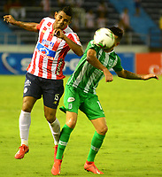 BARRANQUILLA-COLOMBIA, 12-05-2019: Luis Narváez de Atlético Junior y Pablo Capellini de Atlético Nacional disputan el balón, durante partido entre Atlético Junior y Atlético Nacional, de la fecha 1 de los cuadrangulares semifinales por la Liga Águila I 2019,  jugado en el estadio Metropolitano Roberto Meléndez de la ciudad de Barranquilla. / Luis Narvaez of Atletico Junior and Pablo Capellini of Atlético Nacional vies for the ball, during a match between Atletico Junior and Atletico Nacional, of the 1st date of the semifinals quarters for the Aguila Leguaje I 2019  played at the Metropolitano Roberto Melendez Stadium in Barranquilla city, Photo: VizzorImage / Alfonso Cervantes / Cont.