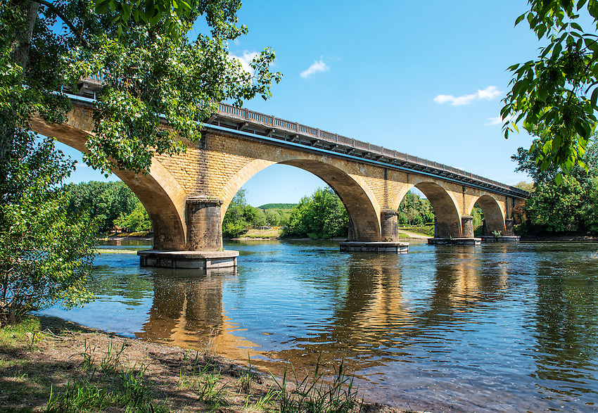 The bridge at Vitrac-Port spans the Dordogne River.