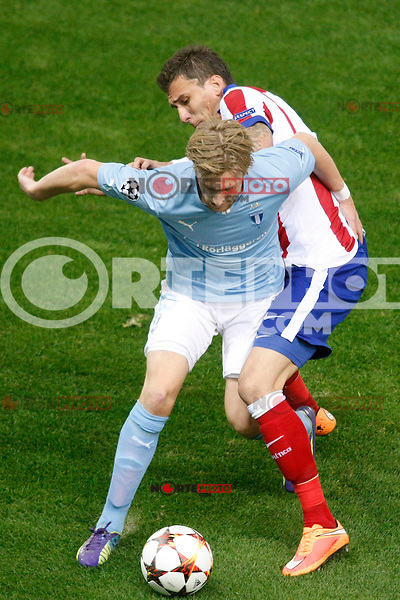 Atletico de Madrid´s Mandzukic (R) and Malmo´s Tinnerholm during Champions League soccer match between Atletico de Madrid and Malmo at Vicente Calderon stadium in Madrid, Spain. October 22, 2014. (ALTERPHOTOS/Victor Blanco)