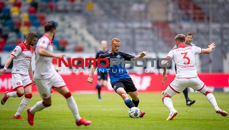 nph00351: Fussball, 1. Bundesliga, Saison 19/20, 26. Spieltag, Fortuna Düsseldorf - FC Paderborn 07, 16.05.2020:<br /> Sebastian Vasiliadis (SCP), Valon Berisha (F95), Andre Hoffmann (F95)<br />  <br /> <br /> Nur für journalistische Zwecke! Only for editorial use!<br /> <br /> Gemäß den Vorgaben der DFL Deutsche Fußball Liga ist es untersagt, in dem Stadion und/oder vom Spiel angefertigte Fotoaufnahmen in Form von Sequenzbildern und/oder videoähnlichen Fotostrecken zu verwerten bzw. verwerten zu lassen. DFL regulations prohibit any use of photographs as image sequences and/or quasi-video. <br /> <br /> Foto: Moritz Müller/Pool / via Meuter/nordphoto