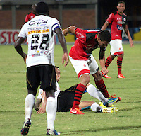 CÚCUTA -COLOMBIA, 28-09-2013.  Rodrigo Soria (D) del Cucuta Deportivo disputa el balón con Harrison Steve Henao (I) de Once Caldas durante partido por la fecha 12 de la Liga Postobon II disputado en el estadio General Santander de la ciudad de Cucuta./ Cucuta Deportivo player  Rodrigo Soria (R) fights for the ball with Once Caldas player Harrison Steve Henao (L) during match valid for the date 12 of the Postobon League II at the General Santander Stadium in Cucuta city. Photo: VizzorImage/Manuel Hernandez/STR
