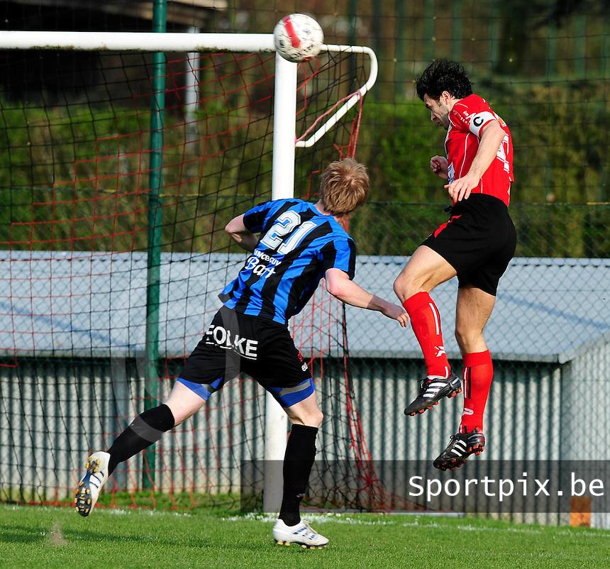 KFC Izegem - VW Hamme : Tom Coghe met de kopbal voor de assist van de 1-0. hij troeft in de lucht Joachim Dewilde (links) af..foto VDB / BART VANDENBROUCKE