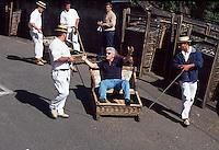 Portugal, Madeira, Korbschlitten (Carro de Cesto) in Monte zur Personenbefoerderung von Monte nach Funchal