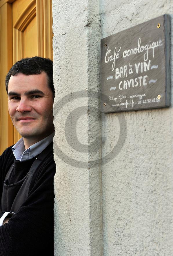 08/03/11 - MONTPEYROUX - PUY DE DOME - FRANCE - Philippe GALLON, oenologue dans son cafe oenologique - Photo Jerome CHABANNE