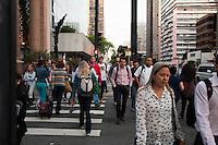 SÃO PAULO-SP-17.11.2014-CLIMA TEMPO SÃO PAULO-Pedestres se protegem do frio no começo da noite dessa segunda-feira.17 . Avenida Paulista,região centro sul da cidade de São Paulo.(Foto;Kevin David/Brazil Photo Press)