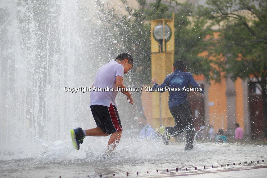 Querétaro, Qro. 26 de Mayo 2016.- Derivado de las altas temperaturas registradas en las últimas semanas en la ciudad, niños disfrutan de las fuentes públicas como la que se encuentra en Plaza Constitución para refrescarse y divertirse por un rato.