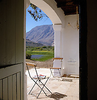 The sunny stoep or porch is a place to sit and read with its wonderful views of the Outeniqua mountains