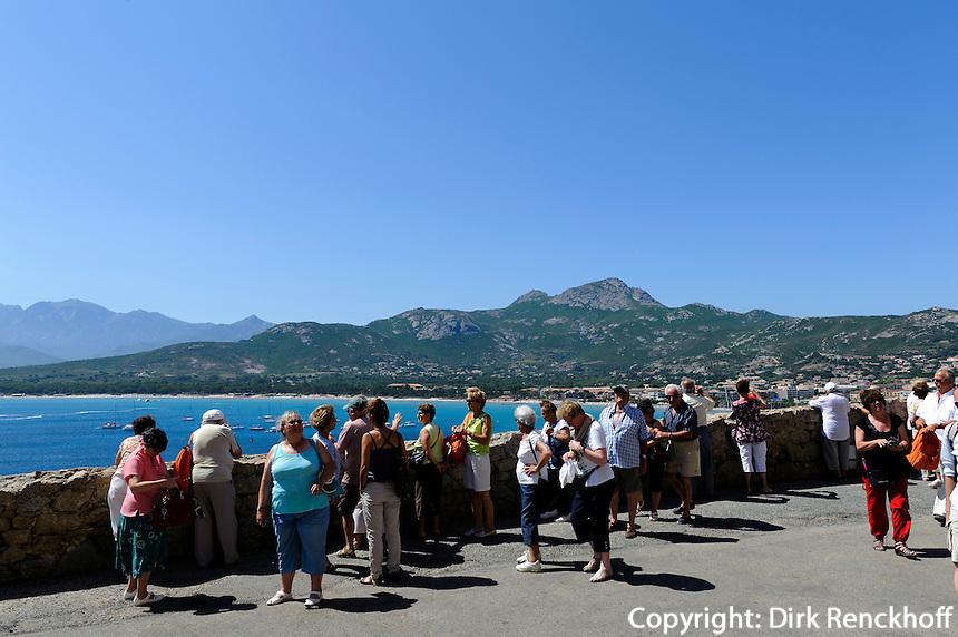 Blick von Zitadelle auf Strand von Calvi, Korsika, Frankreich