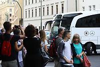 Fans warten auf den Mannschaftbus - 31.08.2017: Teamankunft Deutschland in Prag, Marriott Hotel