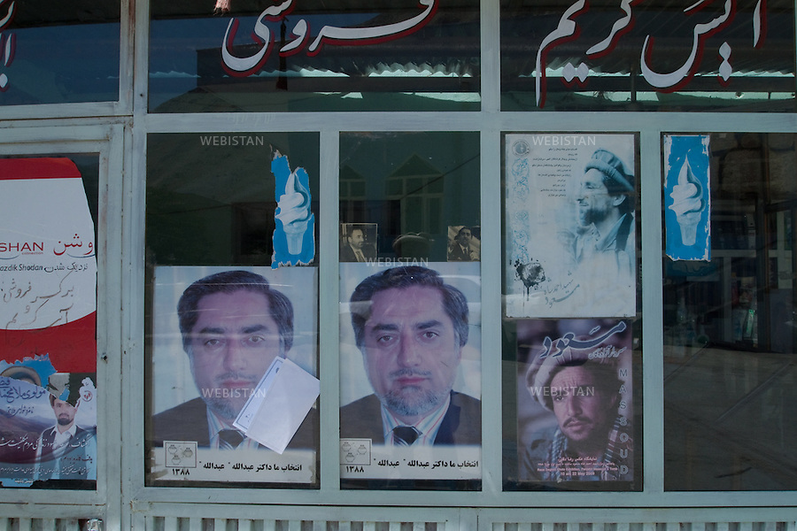 AFGHANISTAN - BAZARAK - 12 aout 2009 : Affiches de campagne du Dr. Abdullah Abdullah, candidat de l'opposition aux elections presidentielles afghanes de 2009. L'affiche representant le commandant Massoud, en bas a droite de l'image, est realisee avec une photographie prise par Reza.  ..AFGHANISTAN - BAZARAK - August 12th, 2009 : Campaign posters for Dr. Abdullah Abdullah, opposition candidate in the 2009 Afghan presidential elections. The poster depicting Commander Massoud (bottom right) uses a portrait shot by Reza.