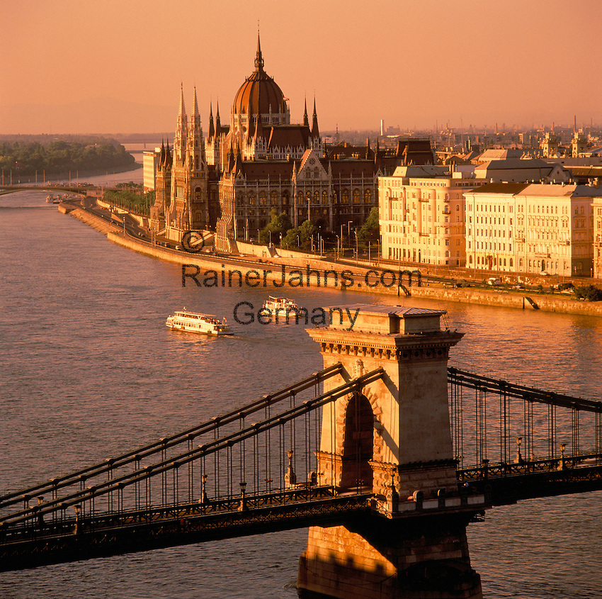 Hungary, Budapest: view from Castle District across Danube embankment and Chain-Bridge towards Parliament at sunset | Ungarn, Budapest: Blick vom Budaer Burgberg ueber Donauufer und Kettenbruecke zum Parlament, UNESCO Weltkulturerbe, bei Sonnenuntergang