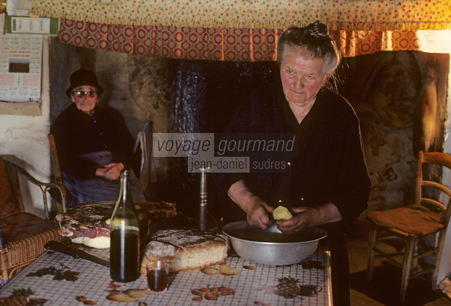 Europe/France/Auvergne/15/Cantal/env de Saint Cernin : lieu dit Lacan fermière épluchant les pommes de terre [Non destiné à un usage publicitaire - Not intended for an advertising use][<br /> PHOTO D'ARCHIVES // ARCHIVAL IMAGES<br /> FRANCE 1980