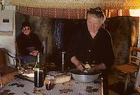Europe/France/Auvergne/15/Cantal/env de Saint Cernin: lieu dit Lacan fermière épluchant les pommes de terre [Non destiné à un usage publicitaire - Not intended for an advertising use][<br /> PHOTO D'ARCHIVES // ARCHIVAL IMAGES<br /> FRANCE 1980