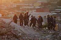 GUARULHOS, SP - 04-12-13 - DESABAMENTO DE PRÉDIO DE 5 ANDARES NA CIDADE DE GUARULHOS/SP. Após 48 horas de trabalhos ininterruptos, equipes do Corpo de Bombeiros continuam buscas a possível vítima. Foto: Geovani Velasquez / Brazil Photo Press