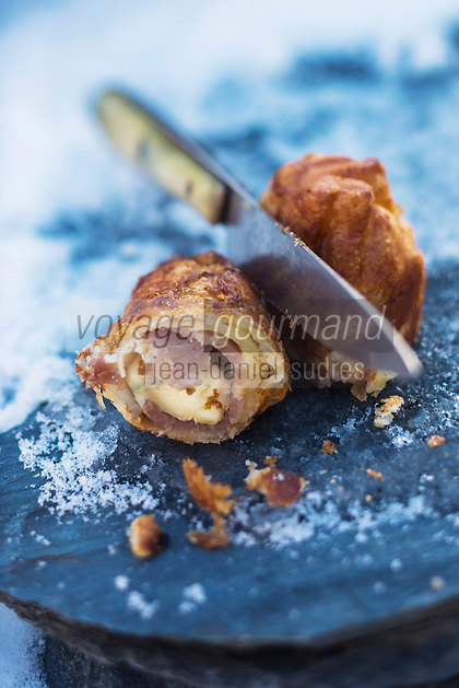 Europe, France, Auvergne, Cantal (15), Paulhac: Amuse bouche: Feuilletage  au  jambon d'auvergne et bleu d' auvergne recette de François Rongier //  Europe, France, Auvergne, Cantal, Paulhac: Auvergne Appetizer , Auvergne puff pastry with Bleu d'Auvergne cheese and Auvergne ham:, recipe by François Rongier