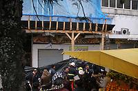 PORTO ALEGRE, RS, 21.07.2016 - ACIDENTE-RS - Uma marquise caiu sobre duas mulheres no Centro de Porto Alegre por volta das 8h desta quinta-feira. No prédio de número 366 da Rua Annes Dias, que estava em obras, a estrutura atingiu Eva Leni Flores da Silva, 59 anos, que teve ferimentos e foi levada ao Hospital de Pronto Socorro (HPS), e Tatiane Duarte da Silva, 34 anos, que morreu no local. A área foi isolada. Segundo o sargento Marcos Duarte, da Brigada Militar, Tatiane morava no Lami e trabalhava em uma lancheria no prédio. (Foto: Naian Meneghetti/Brazil Photo Press)
