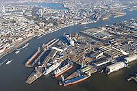 4415/ Blohm und Voss: EUROPA, DEUTSCHLAND, HAMBURG, (EUROPE, GERMANY), 14.11.2005:Die deutsche Werft Blohm und Voss ist ein Tochterunternehmen  der ThyssenKrupp AG. Man hat sich heute auf Marineschiffe, schnelle Faehr- und Passagierschiffe wie im Bild die Queen Mary 2 sowie Mega-Yachten spezialisiert. Am oberen Bildrand ist die Innenstadt von Hamburg zu sehen.