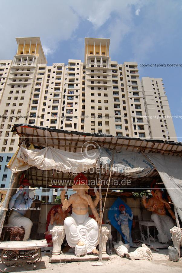 INDIA Mumbai Bombay, Dadar, craftsman make Ganesh idol from clay for the annual Hindu festival Ganesh Chathurti / INDIEN Mumbai Bombay , Herstellung von Goetterfiguren des elefantenkoepfigen Hindugott Ganesh aus Lehm oder Gips fuer das Festival Ganesh Chaturthi