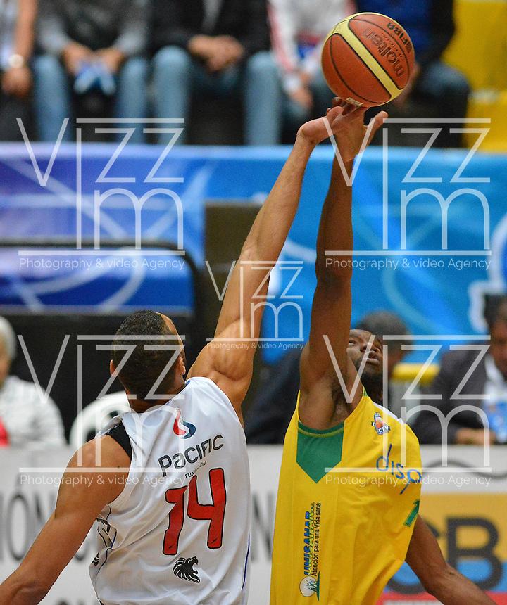 BOGOTÁ -COLOMBIA. 08-06-2014. Jhon Hernandez (Izq) de Guerreros de Bogotá disputa el balón con Cesar Cortes (Der) de Cimarrones del Chocó durante el quinto partido por los playoffs finales de la  Liga DirecTV de Baloncesto 2014-I de Colombia realizado en el coliseo El Salitre de Bogotá./ Jhon Hernandez (L) of Guerreros de Bogotá fights for the ball with Cesar Cortes (R) of Cimarrones del Choco during the 5th game for the playoffs finals of the DirecTV Basketball League 2014-I in Colombia played at El Salitre coliseum in Bogota. Photo: VizzorImage/ Gabriel Aponte / Staff