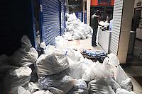SAO PAULO, SP, 31 DE JANEIRO DE 2012.A Receita Federal a Guarda Civil de Sao Paulo e Marcas e Patente verificam 230 lojas no Shopping Family Magazine na Rua Mins.Andrade 876 no Bras, a vistoria comecou no dia 26/01 ate o momento foi verificada 76 loja e apreendido 70mil produtos entre eles 25mil relogios piratas e 17mil Bolsas que estao em 2142 sacos lagrados pela Receita Federal.   (FOTO: ADRIANO LIMA - NEWS FREE)