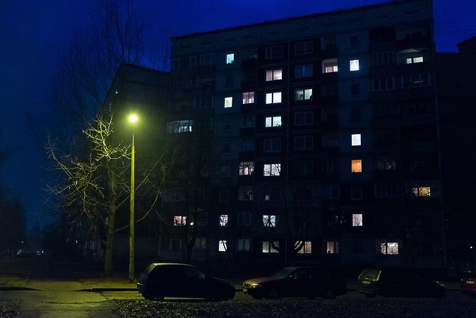 Sowjetisches Wohnviertel in Riga, in dem Andrey wohnt. Der Wirtschaftsstudent sagt von sich selber, er sei aus politischen Gr&uuml;nden emigriert.<br /> <br /> Seit einigen Jahren wandern vermehrt Russen in das benachbarte Lettland aus - derzeit sind 50.000 russische Staatsb&uuml;rger in Besitz einer st&auml;ndigen Aufenthaltsgenehmigung in dem baltischen Land.<br /> Seitdem Lettland 2004 Teil der Europ&auml;ischen Union ist, sind etwa zehn Prozent der Letten emigriert. In der Hauptstadt Riga bieten sich f&uuml;r junge Zuwanderer besonders auch beruflich aussichtsvolle Perspektiven.