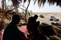 EGYPT, Farafra, Nationalpark White Desert , shaped by wind and sand erosion, picnic spot in small oasis / AEGYPTEN, Farafra, Nationalpark Weisse Wueste, durch Wind und Sand geformte Landschaft, Picknick in kleiner Oase