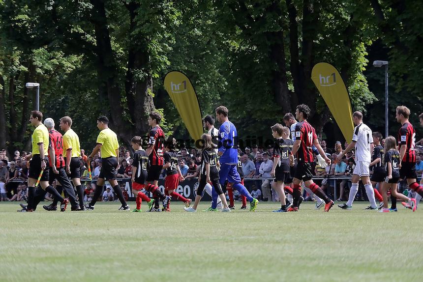 Mannschaften lauefn ein - Eintracht Frankfurt vs. VfR Aalen