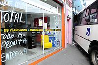 SAO PAULO, SP, 02.12.2013 - SÃO PAULO,SP,02-11-2013 - ACIDENTE ONIBUS - Um ônibus invadiu uma loja na Rua Costa Barros na Vila Alpina na zona leste o acidente foi na tarde de ontem (01) e até agora o ônibus esta no local segundo a CET e a defesa civil não tem previsão pra retirada. Foto: Adriano Lima / Brazil Photo Press).