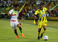 BUCARAMANGA - COLOMBIA, 14-04-2018: Fabio Rodriguez (Der) jugador del Atlético Bucaramanga disputa el balón con Andres Amaya (Izq) jugador de Atletico Huila durante partido por la fecha 15 de la Liga Águila I 2018 jugado en el estadio Alfonso López de la ciudad de Bucaramanga. / Fabio Rodriguez (R) player of Atletico Bucaramanga struggles the ball with Andres Amaya (L) player of Atletico Huila during match for the date 15 of the Aguila League I 2018 played at Alfonso Lopez stadium in Bucaramanga city. Photo: VizzorImage / Oscar Martínez / Cont