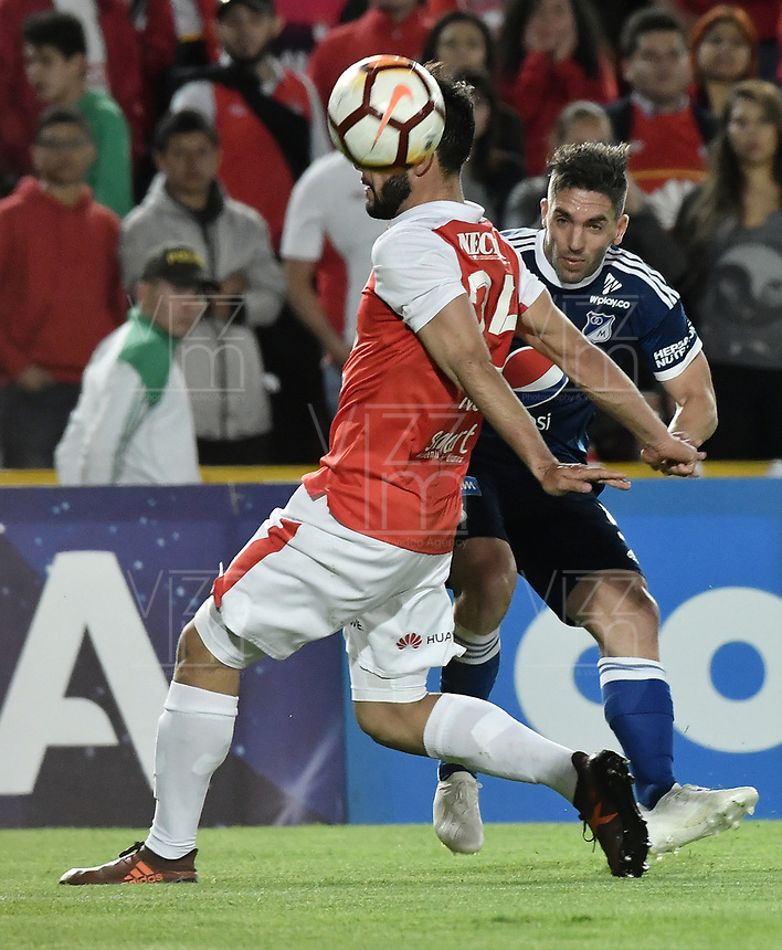 BOGOTÁ - COLOMBIA, 18-09-2018: Nicolas Gil (Izq) jugador de Independiente Santa Fe disputa el balón con Gabriel Hauche (Der) jugador de Millonarios durante partido de ida por los octavos de final de la Copa CONMEBOL Sudamericana 2018 jugado en el estadio Nemesio Camacho El Campín de la ciudad de Bogotá. / Nicolas Gil (L) player of Independiente Santa Fe vies for the ball with Gabriel Hauche (R) player of Millonarios during first leg match for the eight finals of CONMEBOL Sudamericana 2018 cup played at Nemesio Camacho El Campin stadium in Bogotá city.  Photo: VizzorImage / Gabriel Aponte / Staff
