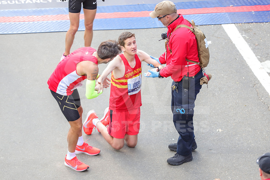 Nova York (EUA), 03/11/2019 - Maratona de Nova York -  O atleta ajudou durante o Professional Men's Finish durante a Maratona de Nova York do TCS 2019 em Nova York em 3 de novembro de 2019  (Foto: William Volcov/Brazil Photo Press)