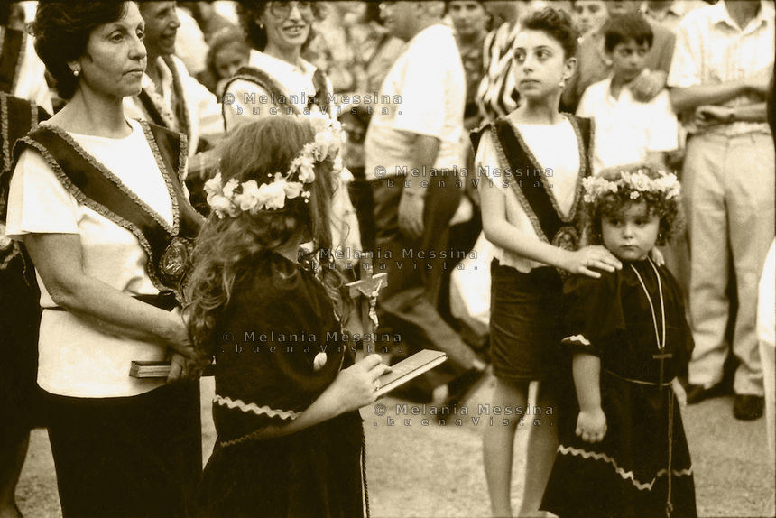 Palermo, feast of Saint Rosalia: young girls dressed like the saint.<br /> Palermo, festino di Santa Rosalia: bambine vestite come la santa.