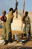 BURKINA FASO Djibo , malische Fluechtlinge, vorwiegend Tuaregs, im Fluechtlingslager Mentao des UN Hilfswerks UNHCR, sie sind vor dem Krieg und islamistischem Terror aus ihrer Heimat in Nordmali geflohen / BURKINA FASO Djibo, malian refugees, mostly Touaregs, in refugee camp Mentao of UNHCR, they fled due to war and islamist terror in Northern Mali, women prepare food - WEITERE MOTIVE ZU DIESEM THEMA SIND VORHANDEN!! MORE PICTURES ON THIS SUBJECT AVAILABLE!!