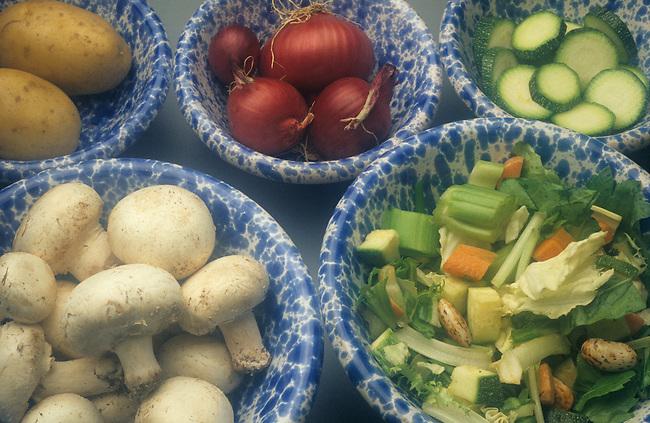 Champignons cuisines avec des oignons et des legumes. *** Cooking the mushrooms with onions and vegetables.