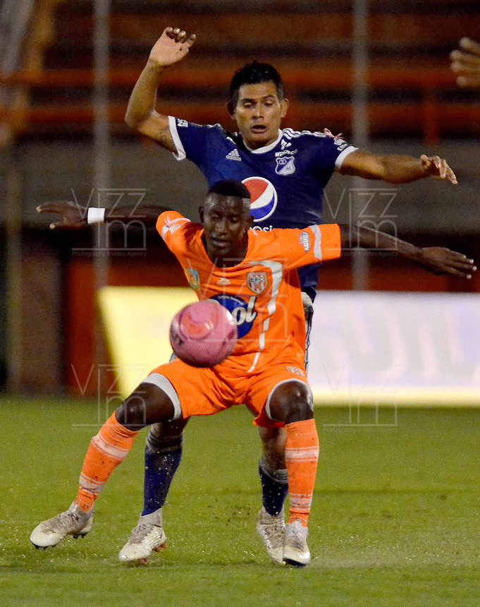 ENVIGADO -COLOMBIA, 21-10-2018: Ivan Angulo (Izq) jugador de Envigado FC disputa el balón con David Macalister Silva (Der) jugador de Millonarios durante partido por la fecha 16 de la Liga Águila II 2018 realizado en el Polideportivo Sur de la ciudad de Envigado. / Ivan Angulo (L) player of Envigado FC fights for the ball with David Macalister Silva (R) player of Millonarios during match for the date 16 of the Aguila League II 2018 played at Polideportivo Sur in Envigado city.  Photo: VizzorImage/ Leon Monsalve / Cont
