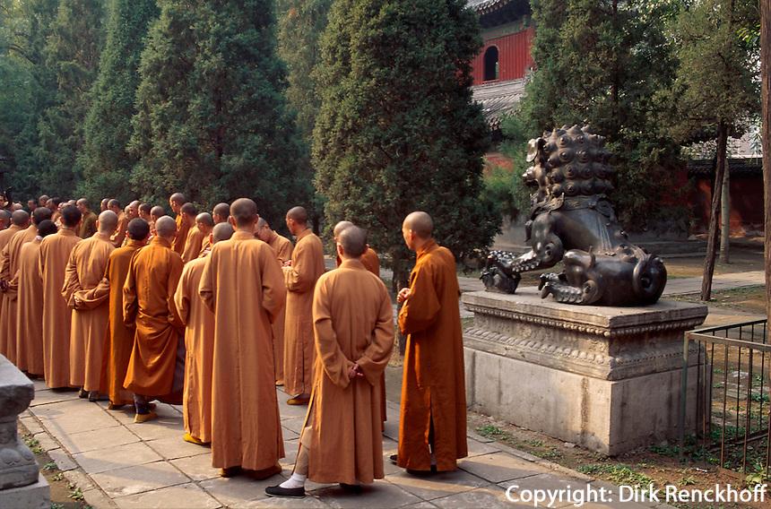 China, Peking, im buddhistischen Tempel FaYuan-Si, Mönche