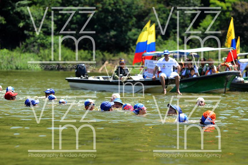 PRADO TOLIMA COLOMBIA-29-11-2014. La travesía de Natación  Infantil No. 33 se cumplió el pasado Sábado 29 Nov 2014 en la Represa de Hidroprado en el Departamento  del Tolima, 37 niños entre los 6 y 14 años de la Escuela de Natación Infantil Burbujas de Bogotá,  finalizaron con rotundo éxito esta travesía. Para los niños mayores, en los 2500 metros los cronómetros pararon en una hora y el tiempo de recorrido para los mas pequeños de 1250 metros, los cronómetros indicaron 42 minutos./ Junior Swimming Crossing No. 33 was fulfilled last Saturday November 29, 2014 in Hidroprado Dam in the Department of Tolima, 37 children between 6 and 14 years of the School of Child Swimming bubbles Bogotá, ended with great success this crossing. For older children, 2,500 meters timers stopped at a time and travel time for the children of 1250 meters, timers showed 42 minutes. Photo: Francisco Carranza / VizzorImage/CONT