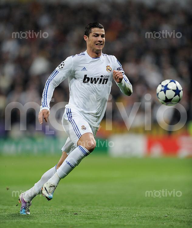 FUSSBALL   CHAMPIONS LEAGUE   SAISON 2010/2011   Achtelfinale  16.03.2011 Real Madrid  -  Olympic Lyon  Cristiano Ronaldo (Real Madrid) am Ball