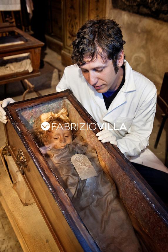 Antropologo specializzato in mummiologia e paleopatologia, si occupa prevalentemente di mummie di età medievale e moderna, come le deposizioni siciliane e i corpi santi.