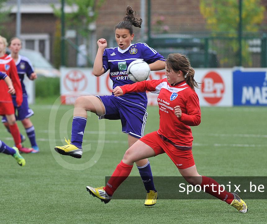 AA Gent Ladies U16 - RSC Anderlecht : duel tussen Loubna Boujlalala en Lana Peremans (r).foto DAVID CATRY / Nikonpro.be