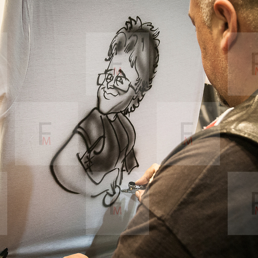 Motosalone Eicma edizione 2012: caricature realizzate con l'aerografo...International Motorcycle Exhibition 2012: caricatures realized with airbrush