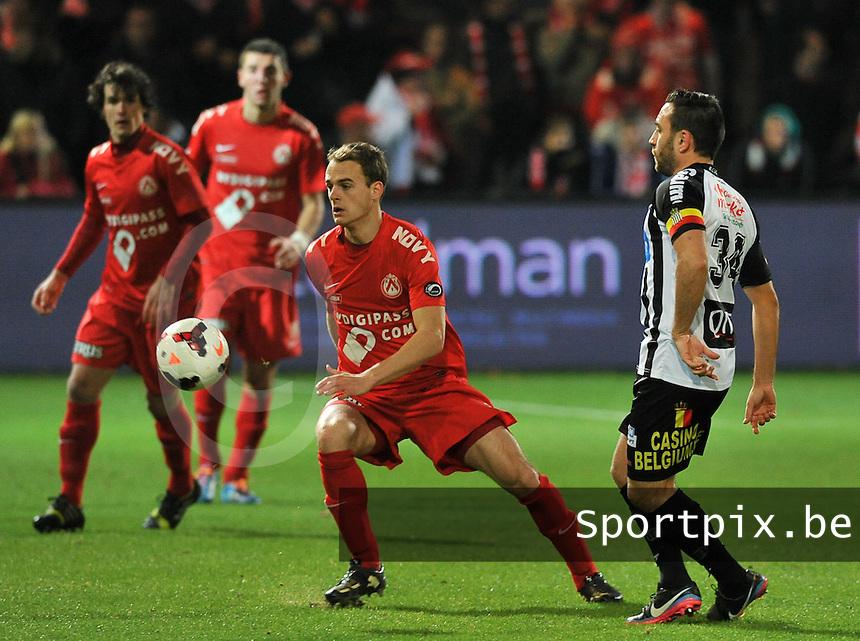 KV Kortrijk - Sporting Charleroi : Brecht Capon (links) in duel met Onur Kaya (rechts)<br /> foto VDB / Bart Vandenbroucke