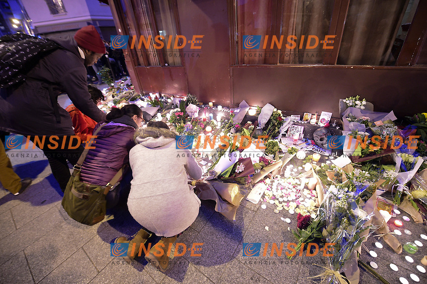 Parigi 14-11-2015 Raccoglimento spontaneo davanti il ristorante Le Carillon, teatro di uno degli attentati terroristici effettuati da presunti membri dell'IS Islamic State .<br /> Foto Panoramic / Insidefoto