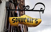 Nederland - Amsterdam - 2019.   Souvenirwinkel in de Leidsestraat. Uithangbord in de vorm van een klomp. Foto Berlinda van Dam / Hollandse Hoogte